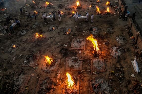 Cảnh tượng như tận thế trong lò hỏa táng Ấn Độ